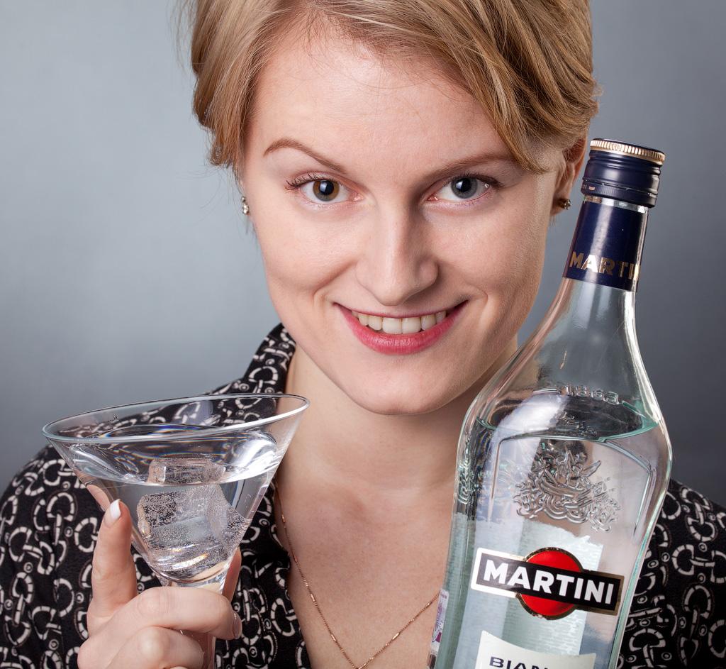 девушка с бокалом мартини