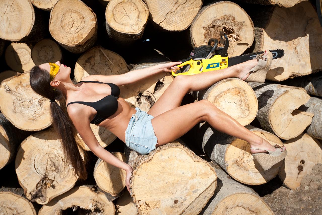 фотосъемка на природе: девушка с бензопилой