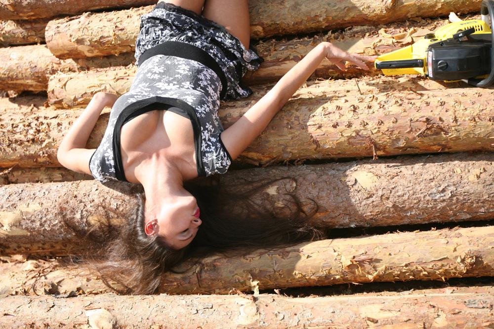 фотосъемка на природе: девушка на брёвнах