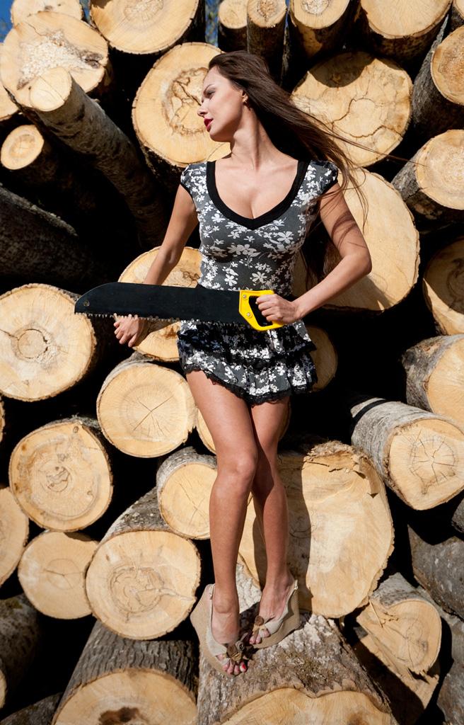 фотосъемка на природе: девушка с ножовкой