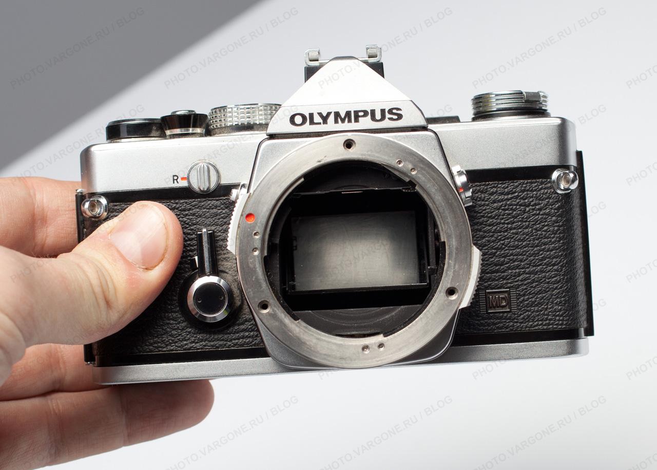 на фото Olympus OM-1, плёночая фотокамера с байонетом ОМ
