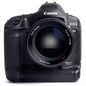 современная камера Canon c объективом Contax-N